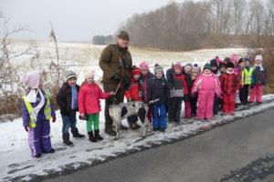 Pan Roman Křesťan pozval děto ze třídy Motýlek na mysliveckou chatu, kde si povídali o myslivosti